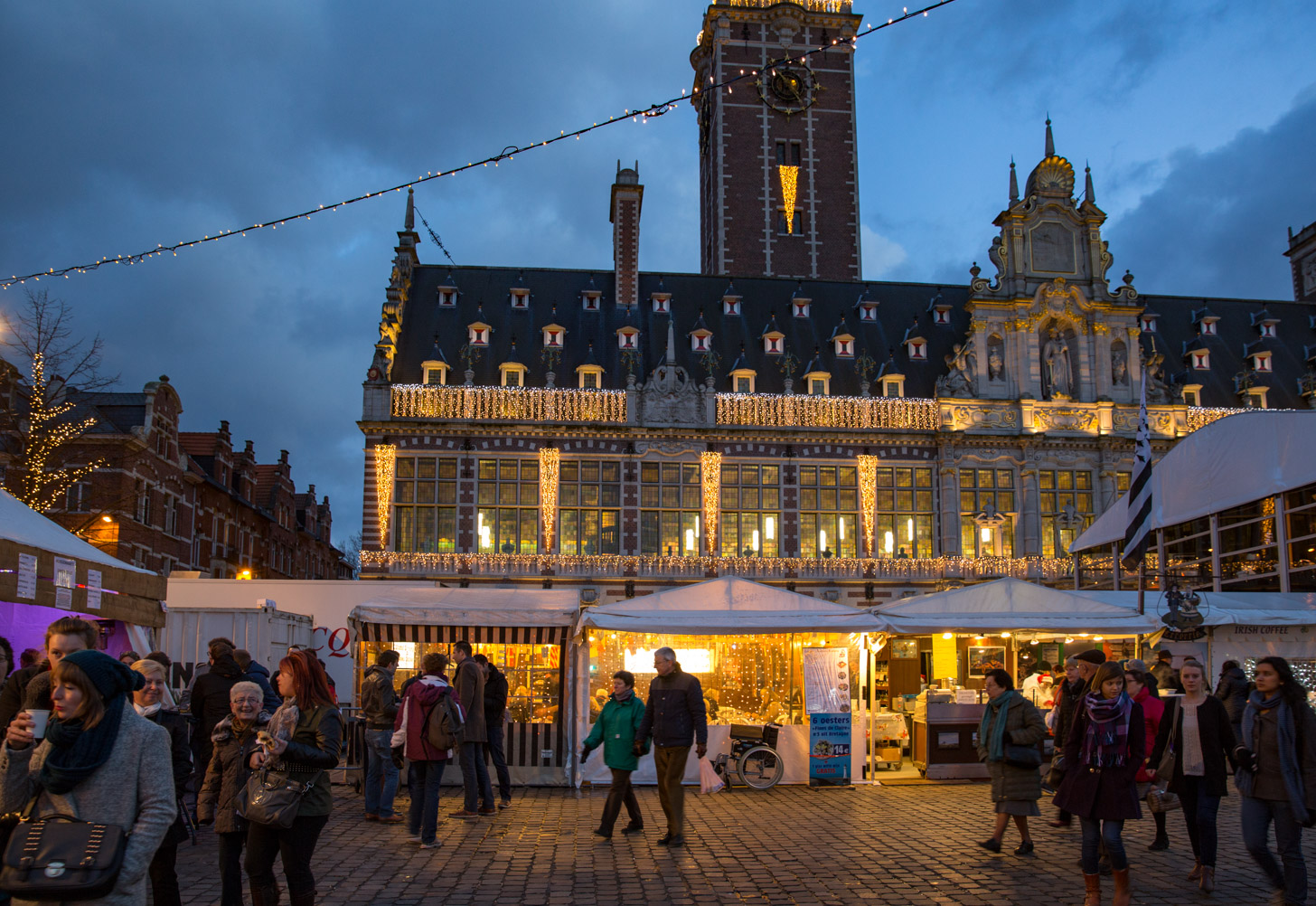 De Leuvense kerstmarkt op het moment dat de avond valt.